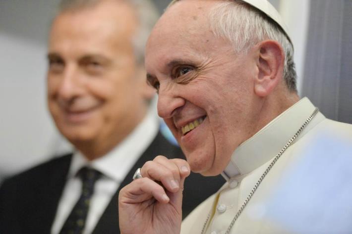 papa francisco sonrie