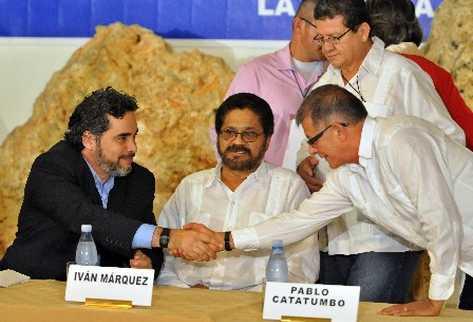 La delegación de la Farc en La Habana y el Gobierno colombiano firman acuerdo para dejar armas.