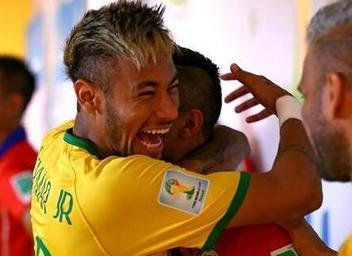Jugadores de Brasil y Chile, compañeros en el Barcelona FC, se abrazan.