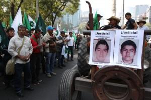 CAMPESINOS PROTESTAN CON TRACTORES EN MÉXICO POR LOS 43 JÓVENES DESAPARECIDOS
