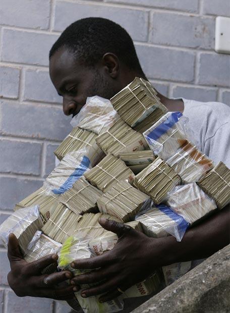 hombre_miles_billetes_dirige_hacer_compra_Harare_Zimbabue