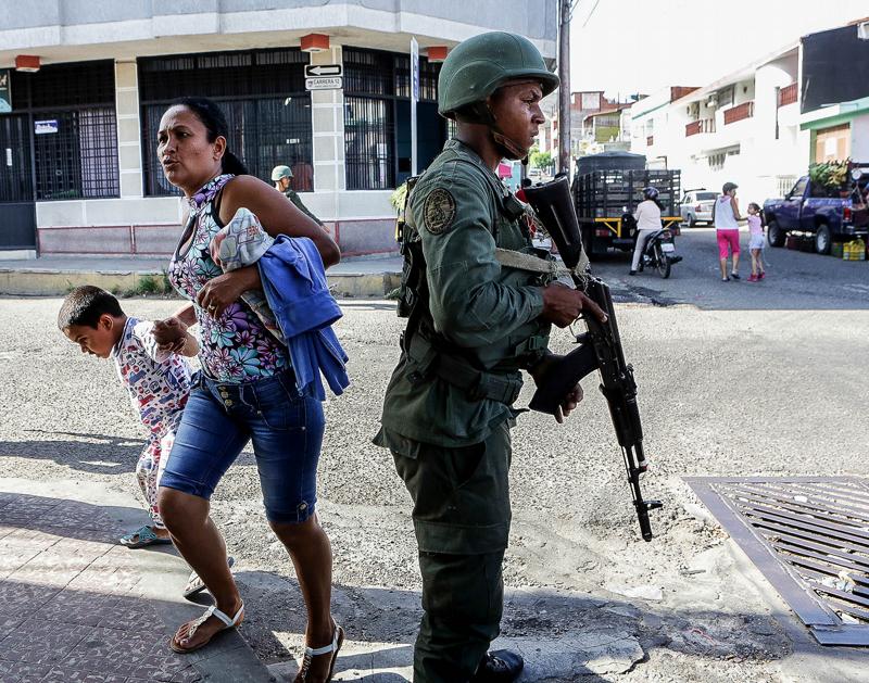 Militares toman las calles y controlan la colas en San Antonio de el Tachira foto Edixon Gamez
