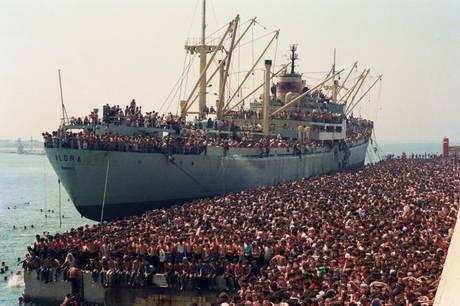 """L'arrivo a Bari della nave """"Vlora"""" (l'8 agosto del 1991) ANSA/TURI ANSA/LUCA TURI"""
