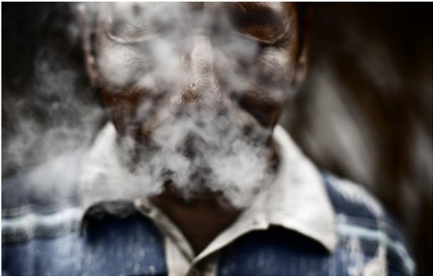 Wisiratu invocando los espíritus ancestrales a través del humo del tabaco: Foto: Álvaro Laiz.