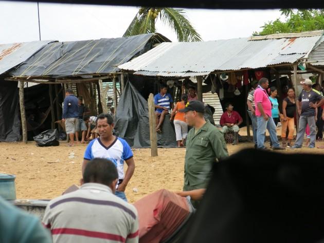 En Puerto Volcán lo warao se abastecen de gasolina para desplazarse a sus comunidades. A veces pueden durar 2 semanas esperando por el combustible: Foto: Minerva Vitti