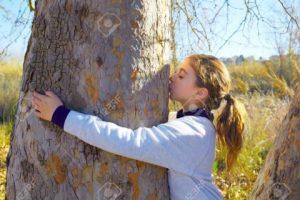 45571149-ni-as-ni-o-ama-la-naturaleza-abrazo-annd-besan-un-tunk-rbol-en-el-parque-al-aire-libre-en-invierno-foto-de-archivo-480x320