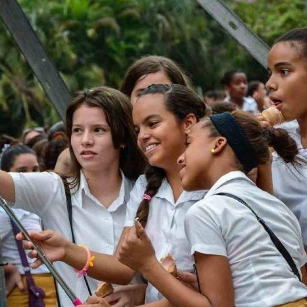 jovenes-cubanos-selfie-1200x1200