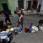 vecinos recogiendo agua